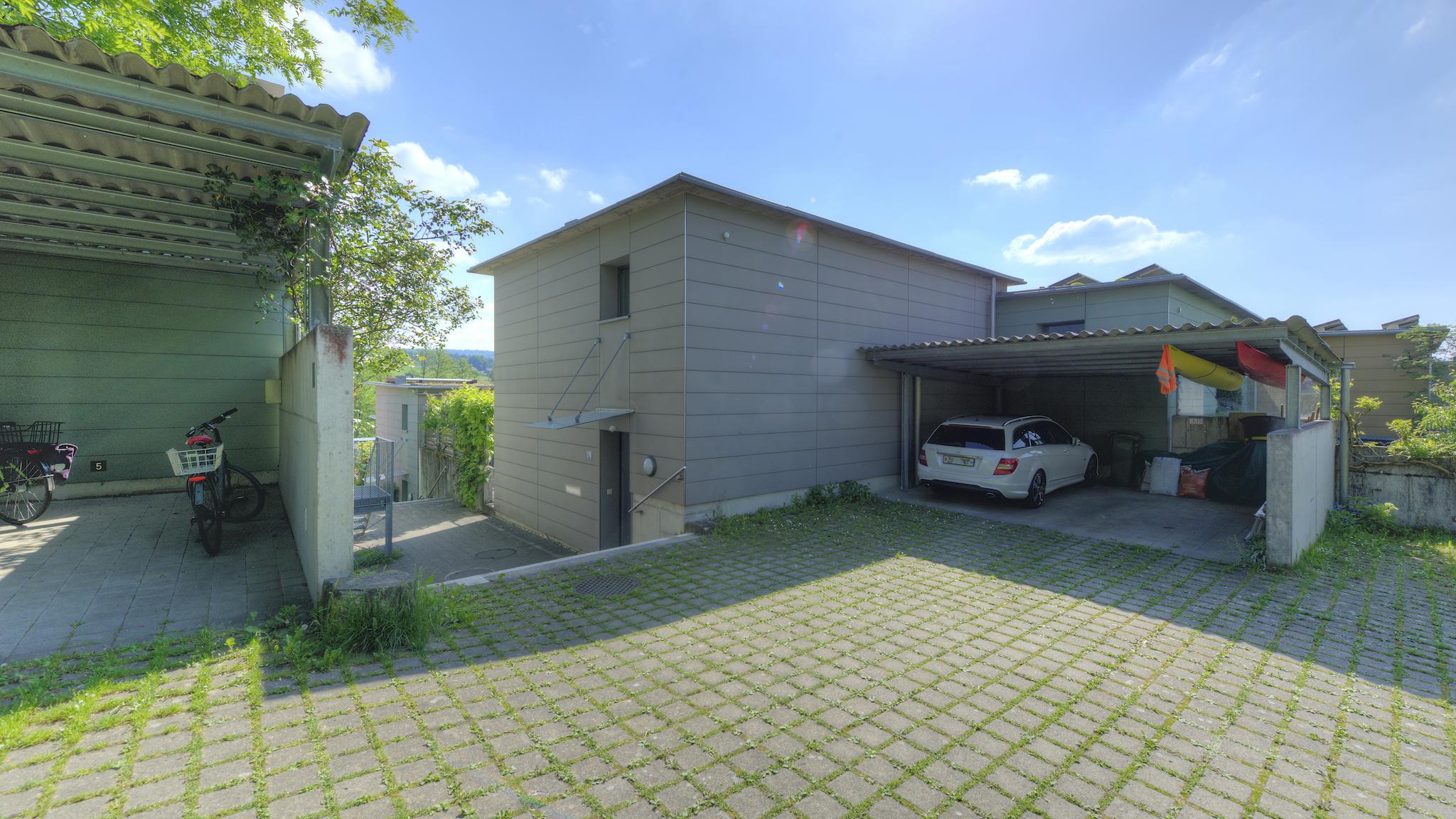 Haus mit dem Carport (weisses Auto)