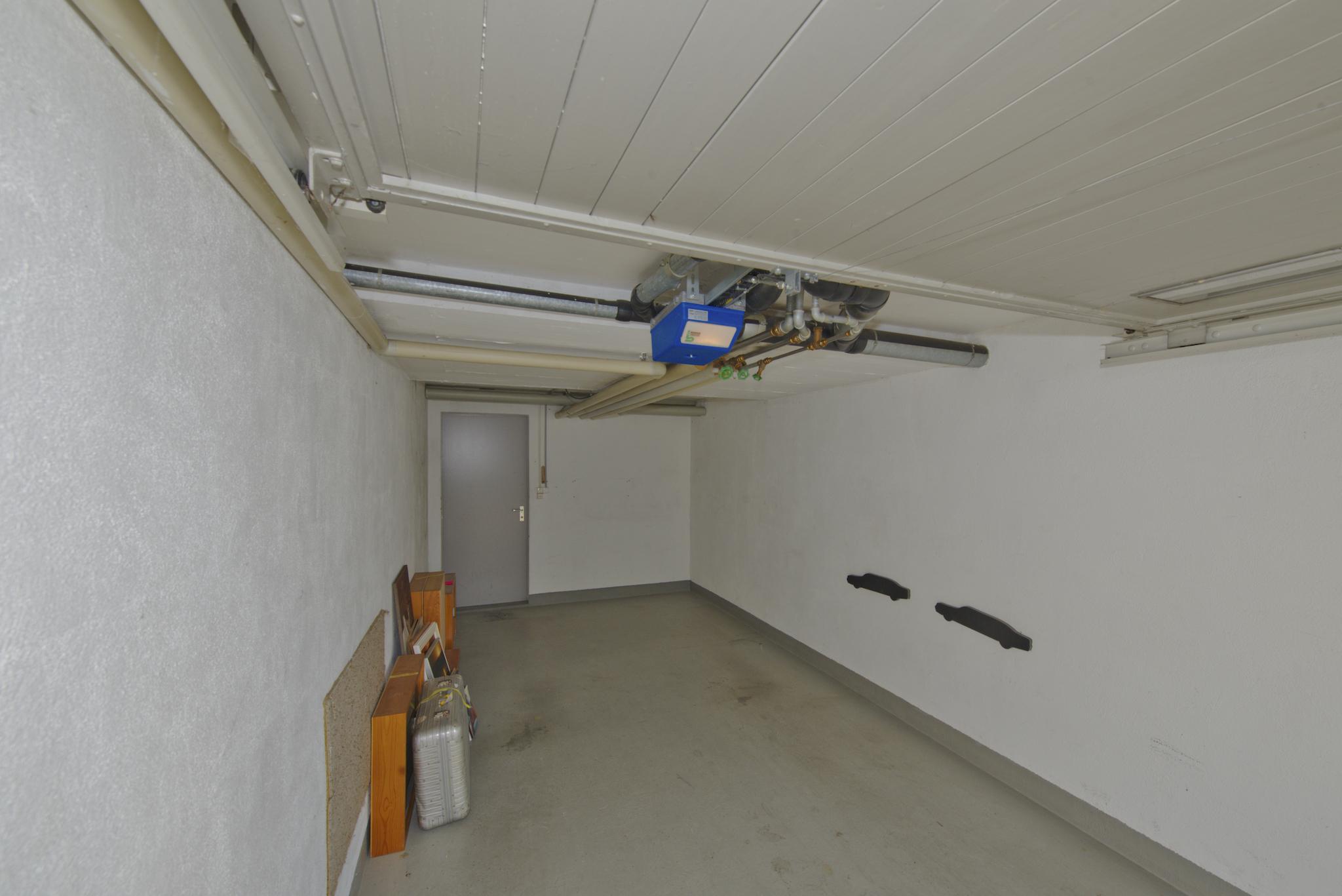 Die Garagenbox mit Hauszugang und el. Torantrieb
