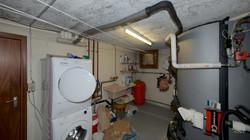 Technikraum mit dem Waschturm und den beiden Speichern für die Heizung