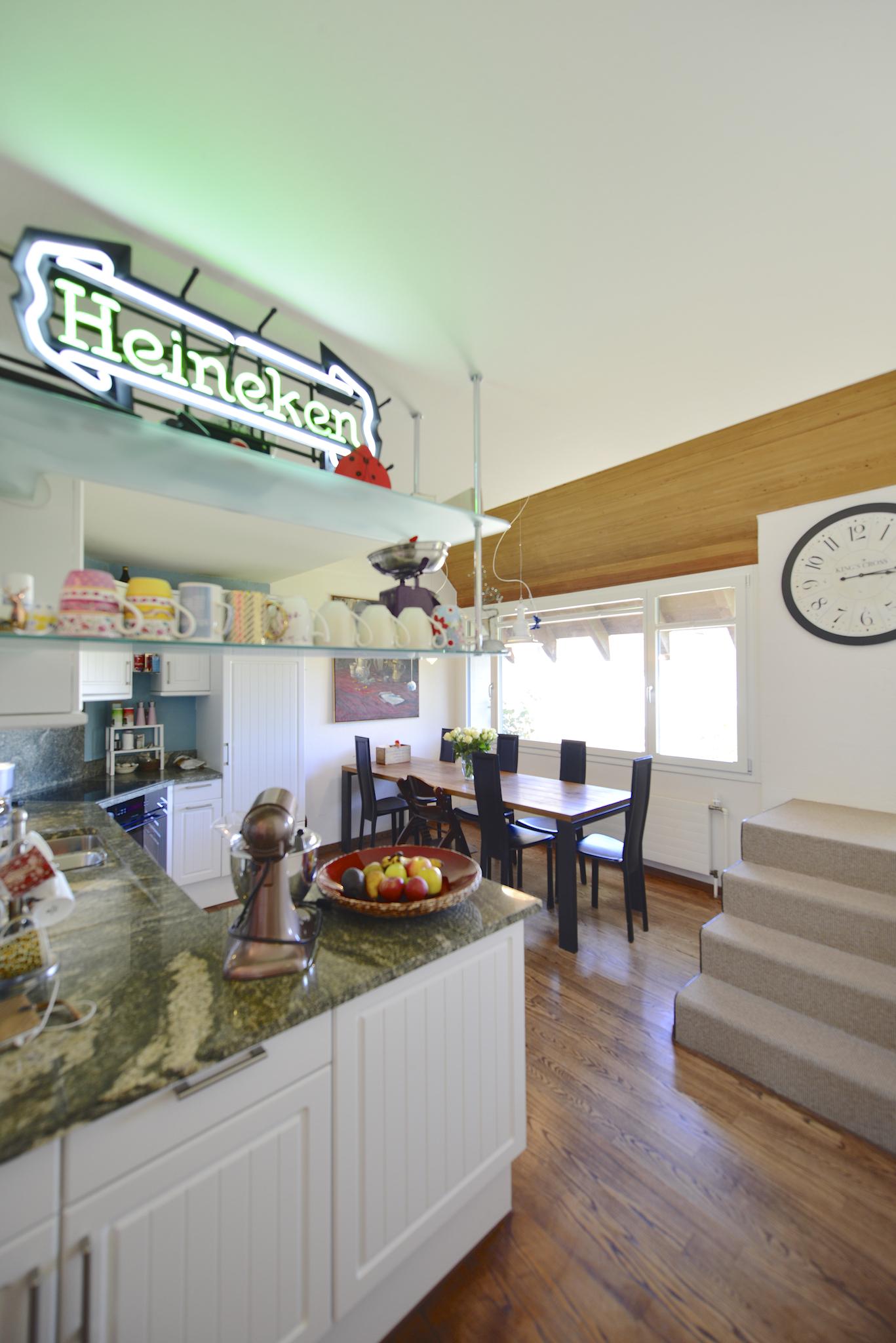 Küche mit dem Essbereich
