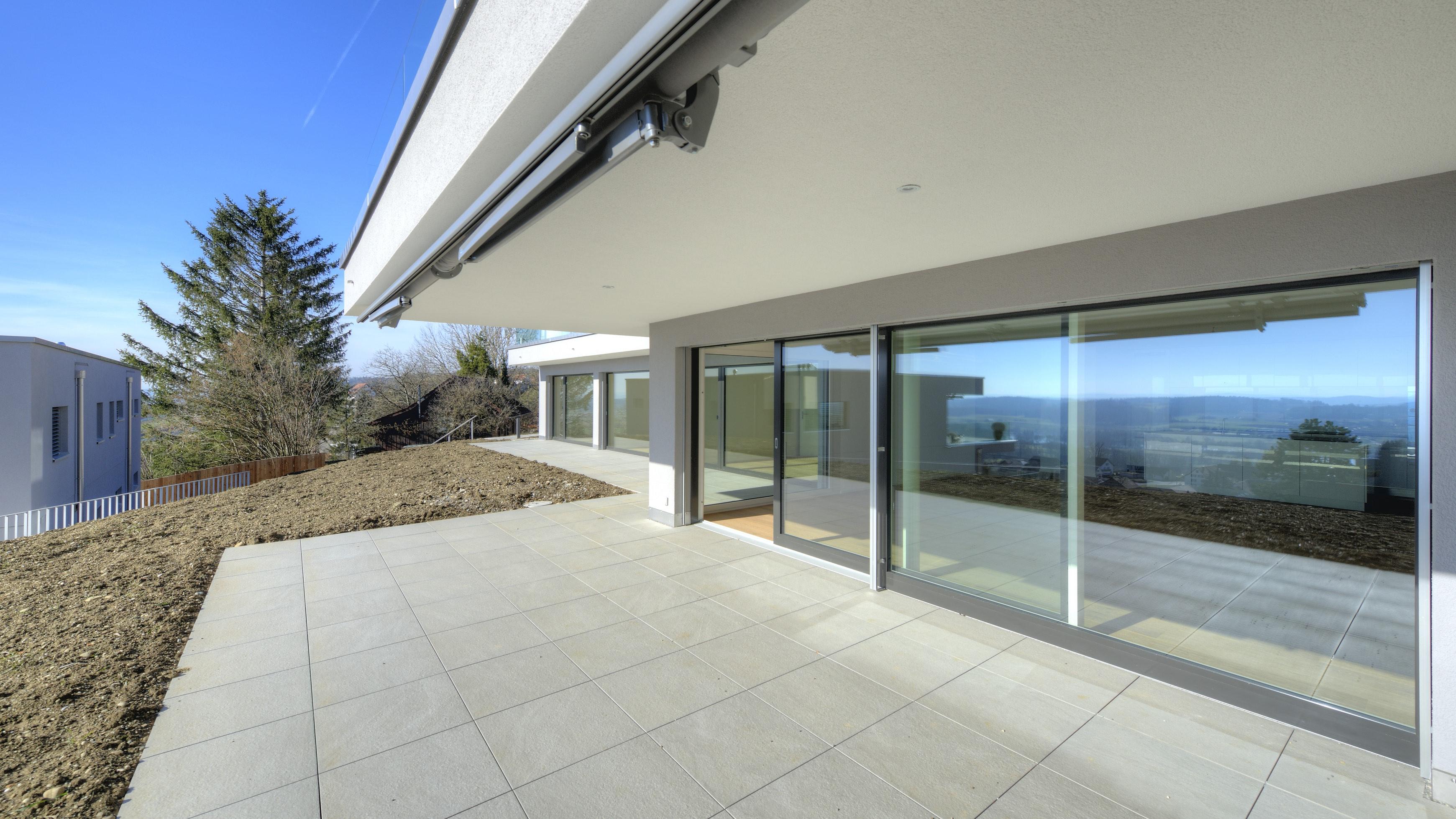 Gedeckter SItzplatz mit der Terrasse und dem Wohnbereich