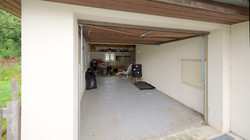 Die linke überlange Garage