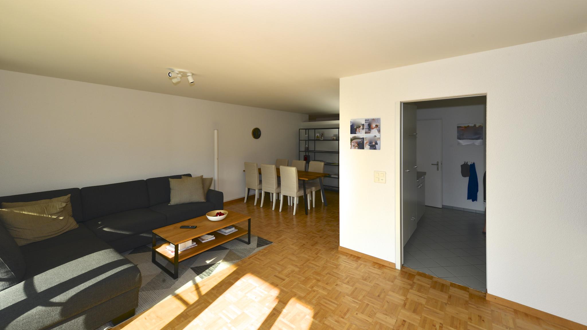 Blick vom Balkon in den Wohn- Essbereich und der Küche