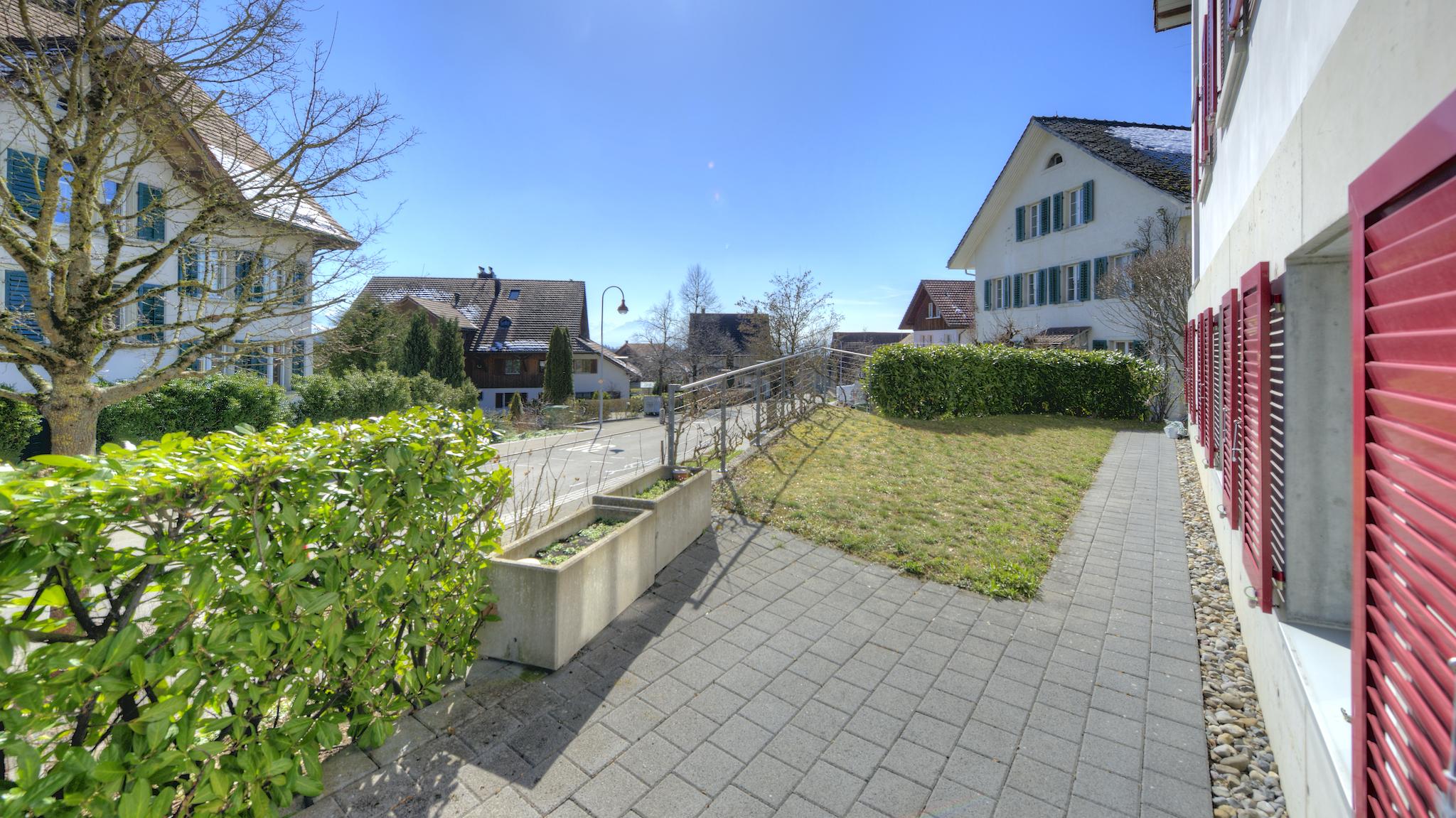 Der kleine Sitzplatz mit dem Rasen