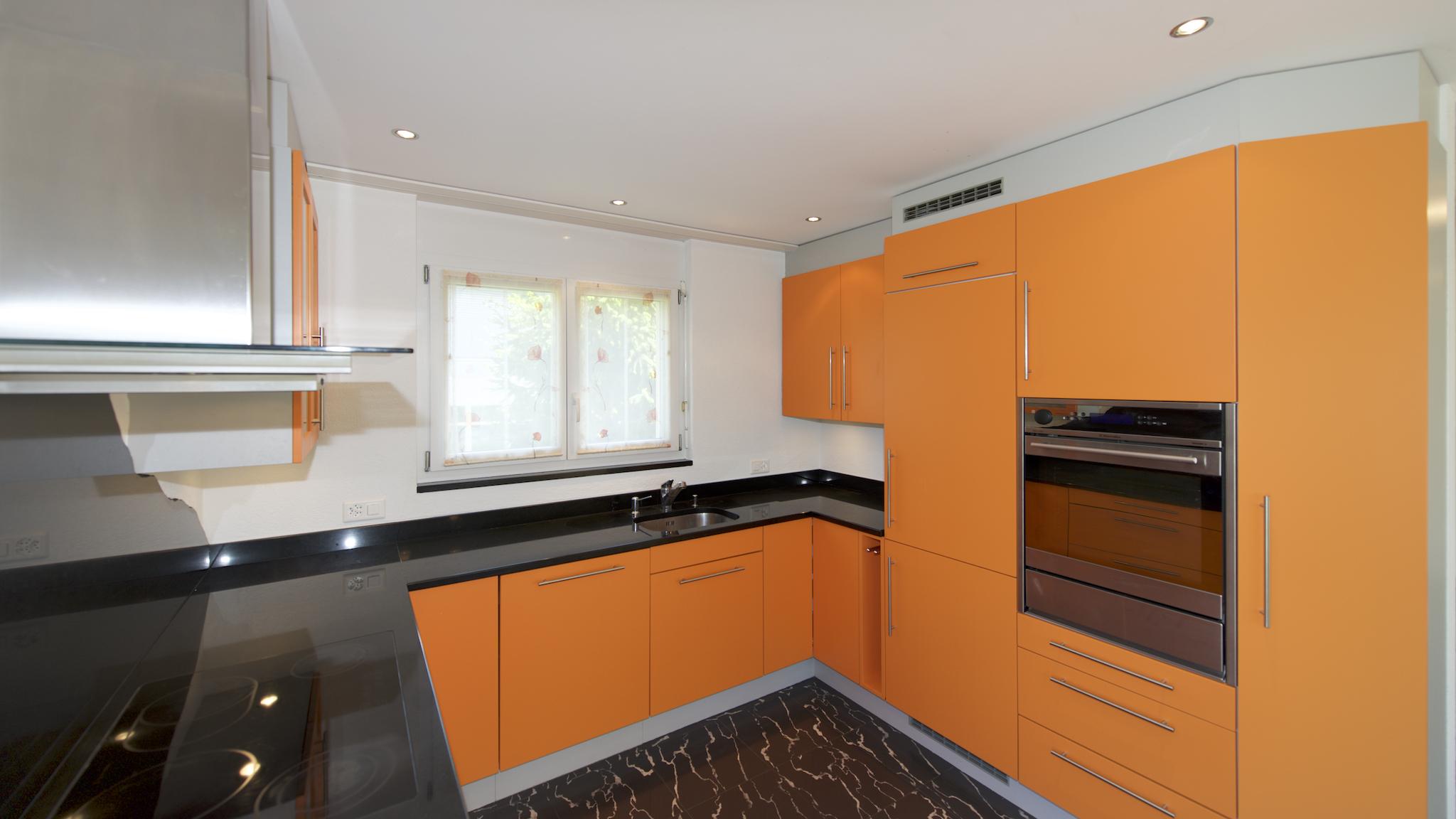 Küche mit edler Granit-Abdeckung
