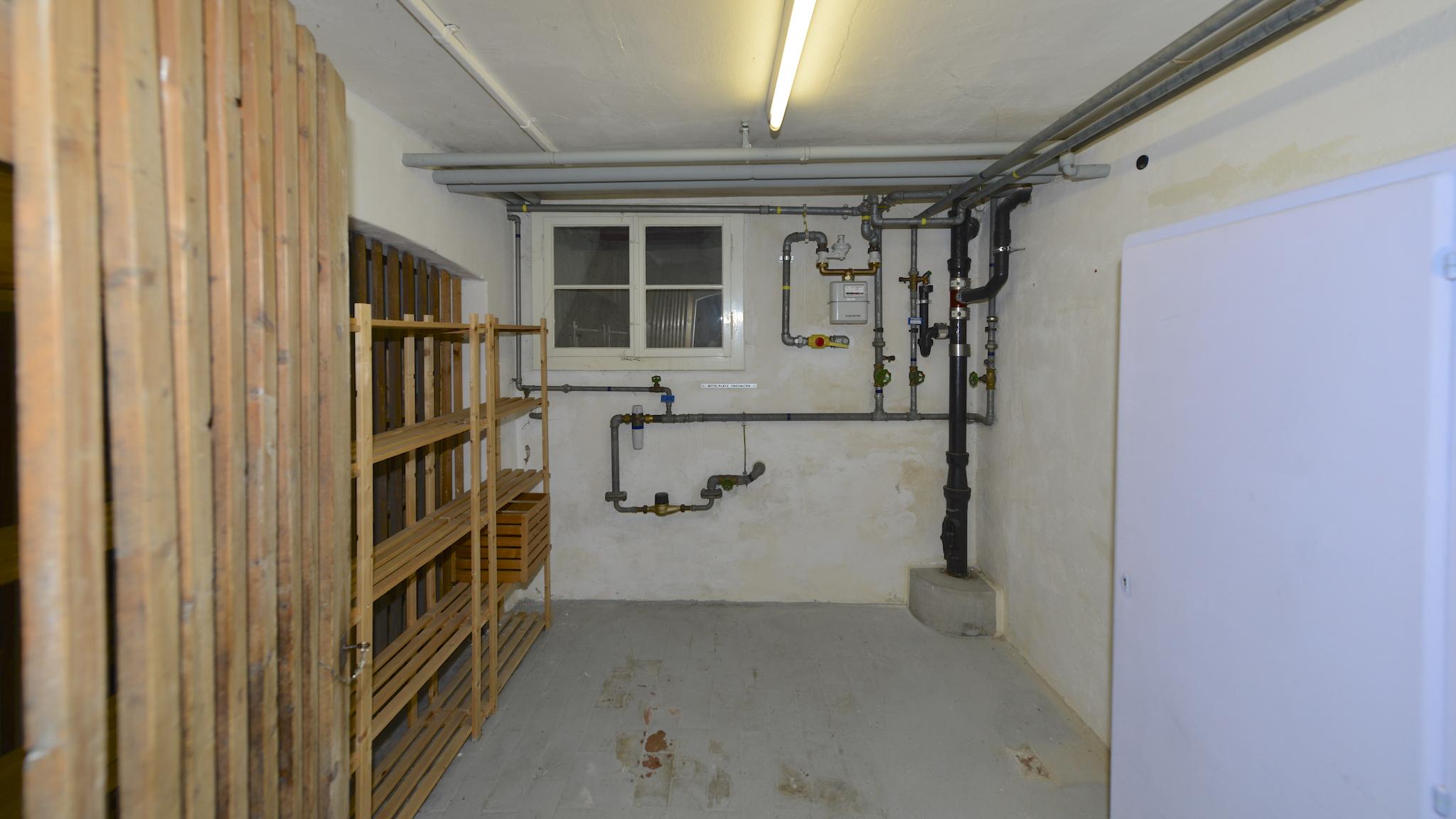 Kellerraum mit Leitungen