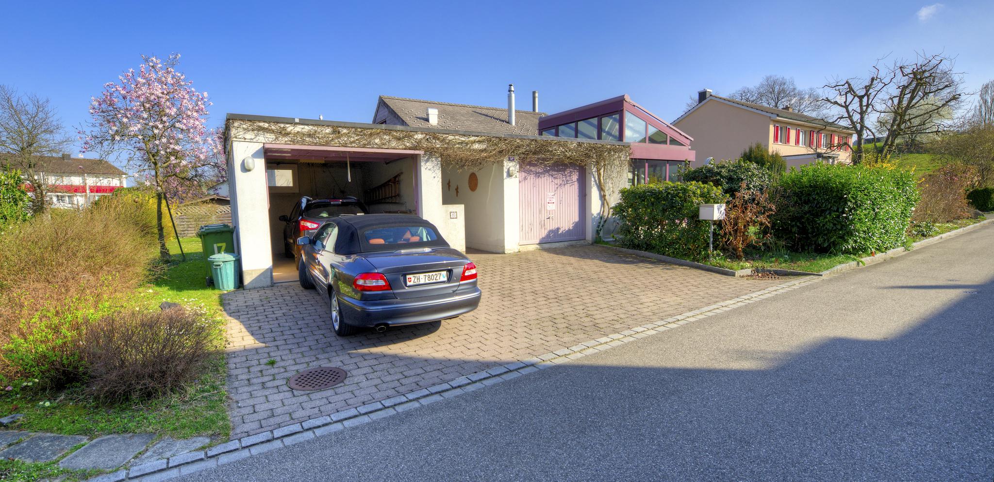 Hauszugang mit Garagen und Parkplätzen