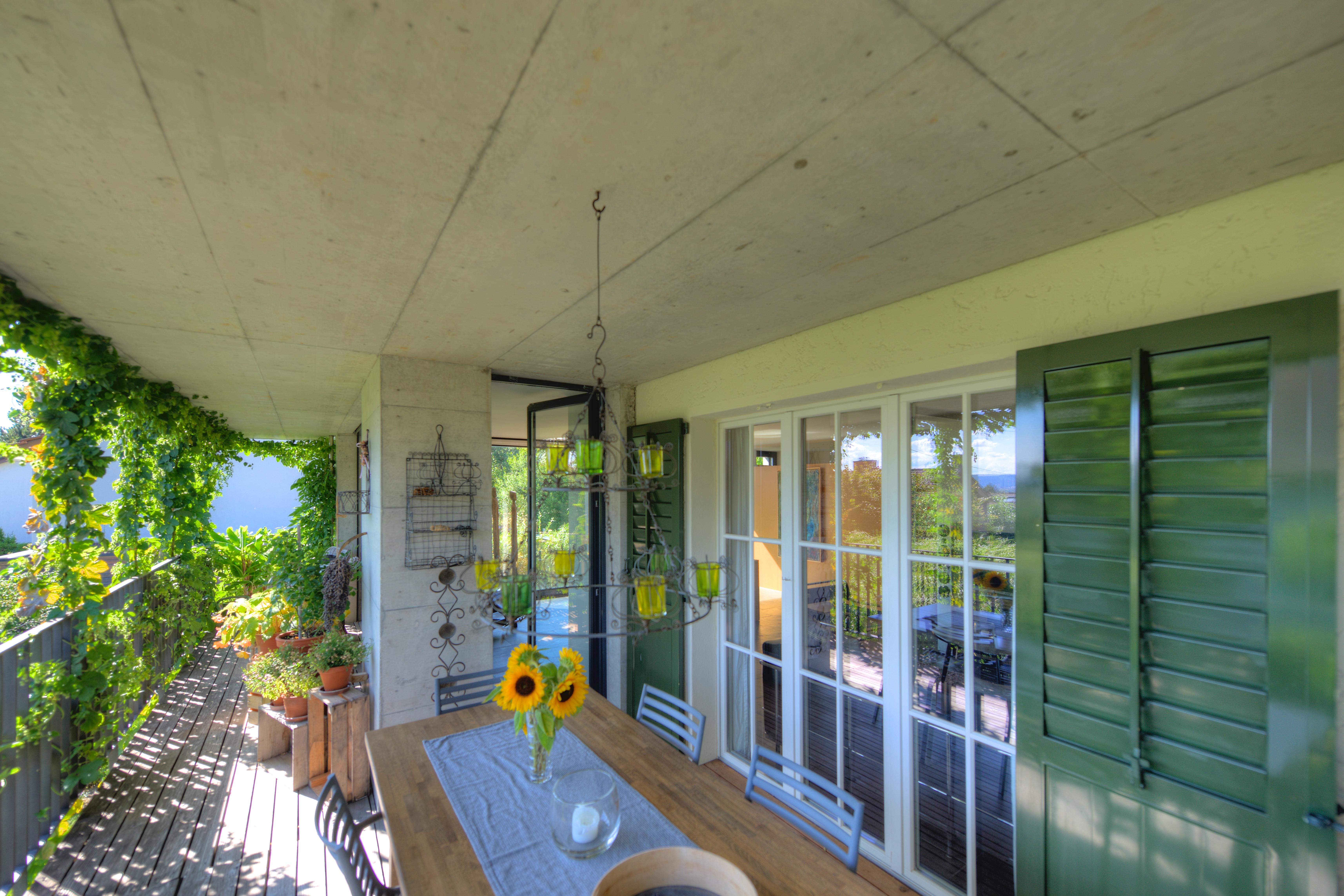 Der geschützte Balkon mit dem Zugang zum Essbereich