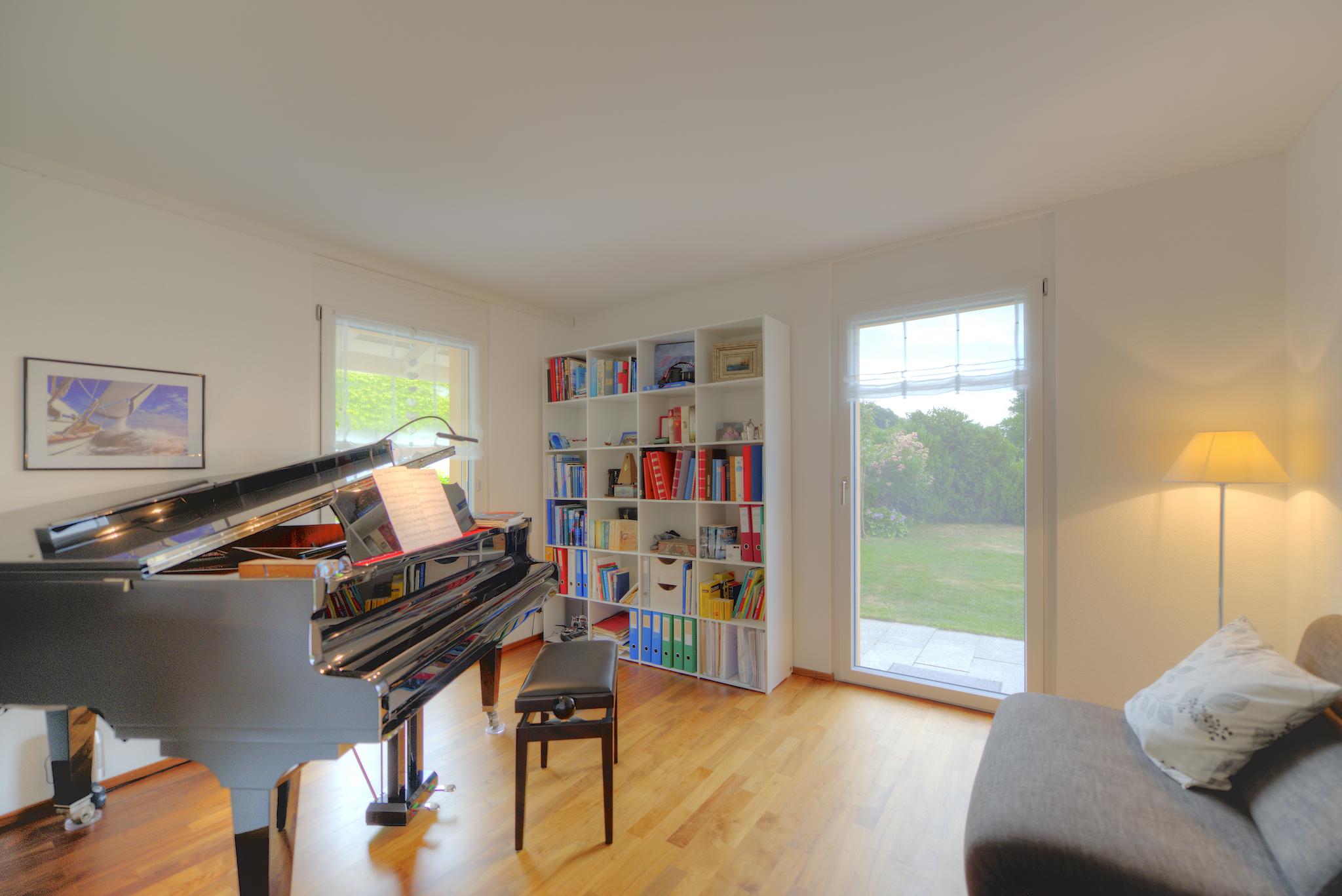 Flügel-Zimmer mit der Akustik-Decke