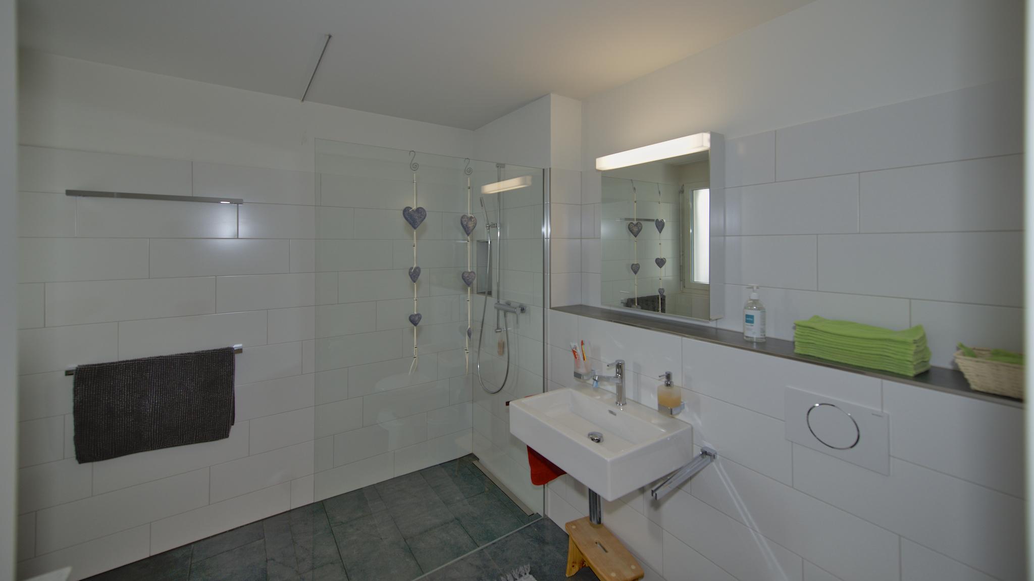 Gäste-WC mit Fenster zum Hauseingang