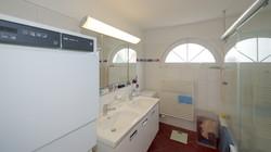 Das Badezimmer mit dem Waschturm links
