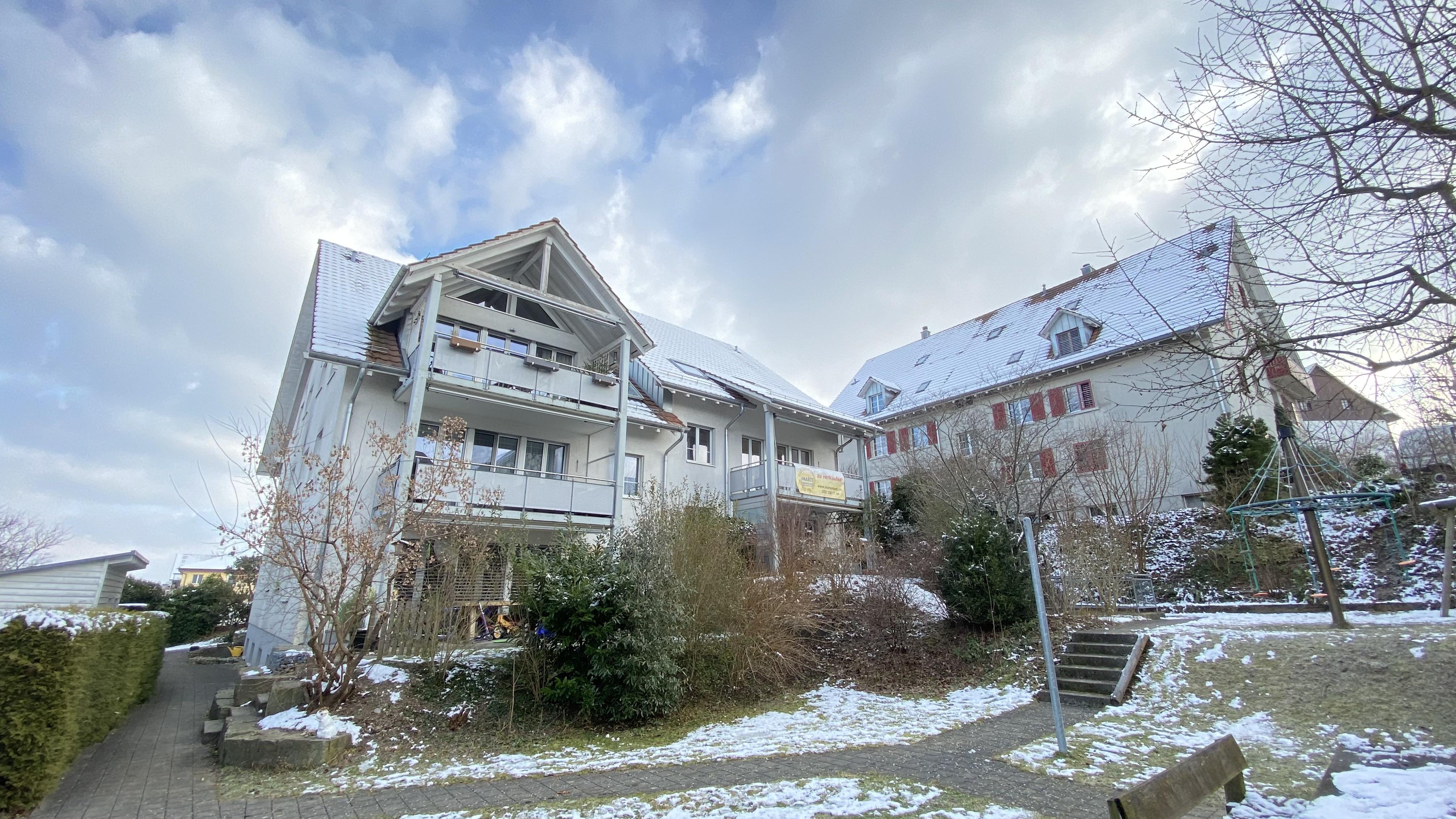 Das Mehrfamilienhaus mit der Wohnung