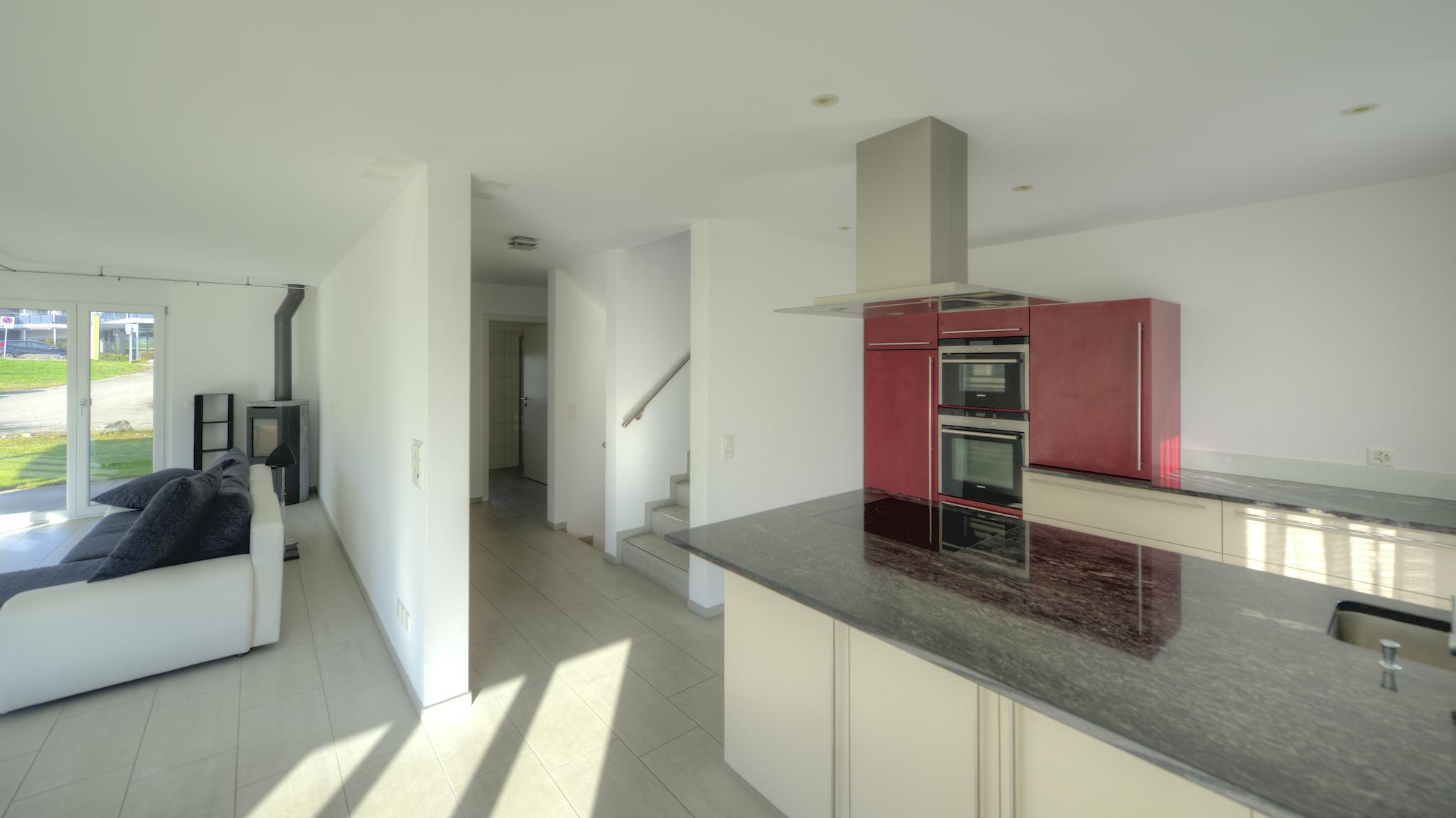 Küche mit dem Treppenhaus und dem Wonbereich