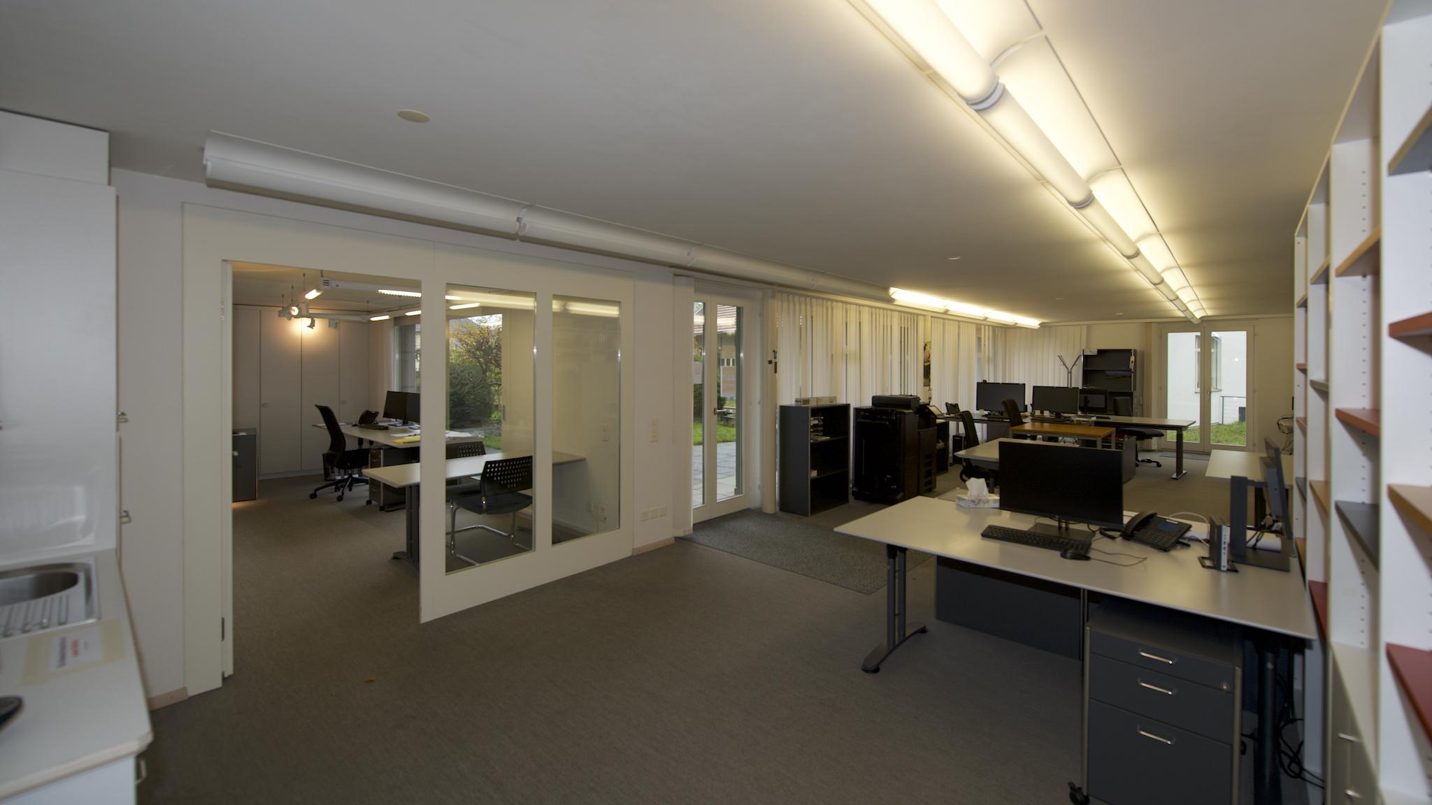 Grossraum-Büro mit Einzelbüro (links)