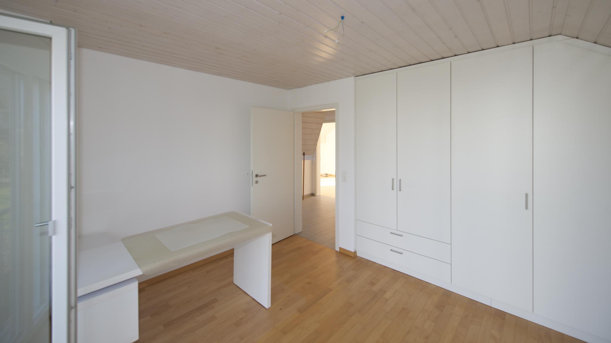 Zimmer Richtung Westen mit den Einbauschränken