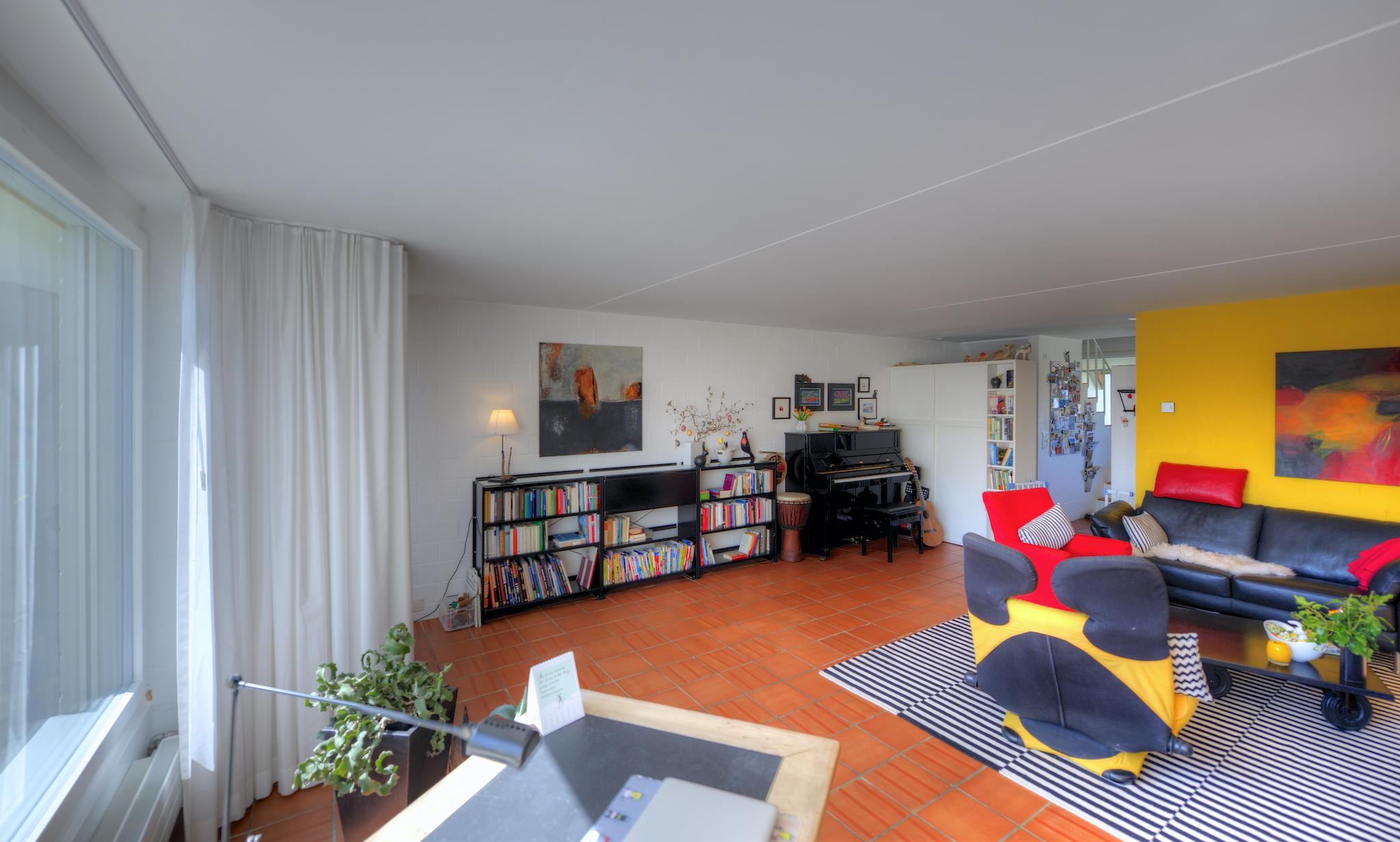 Das helle und freundliche Wohnzimmer