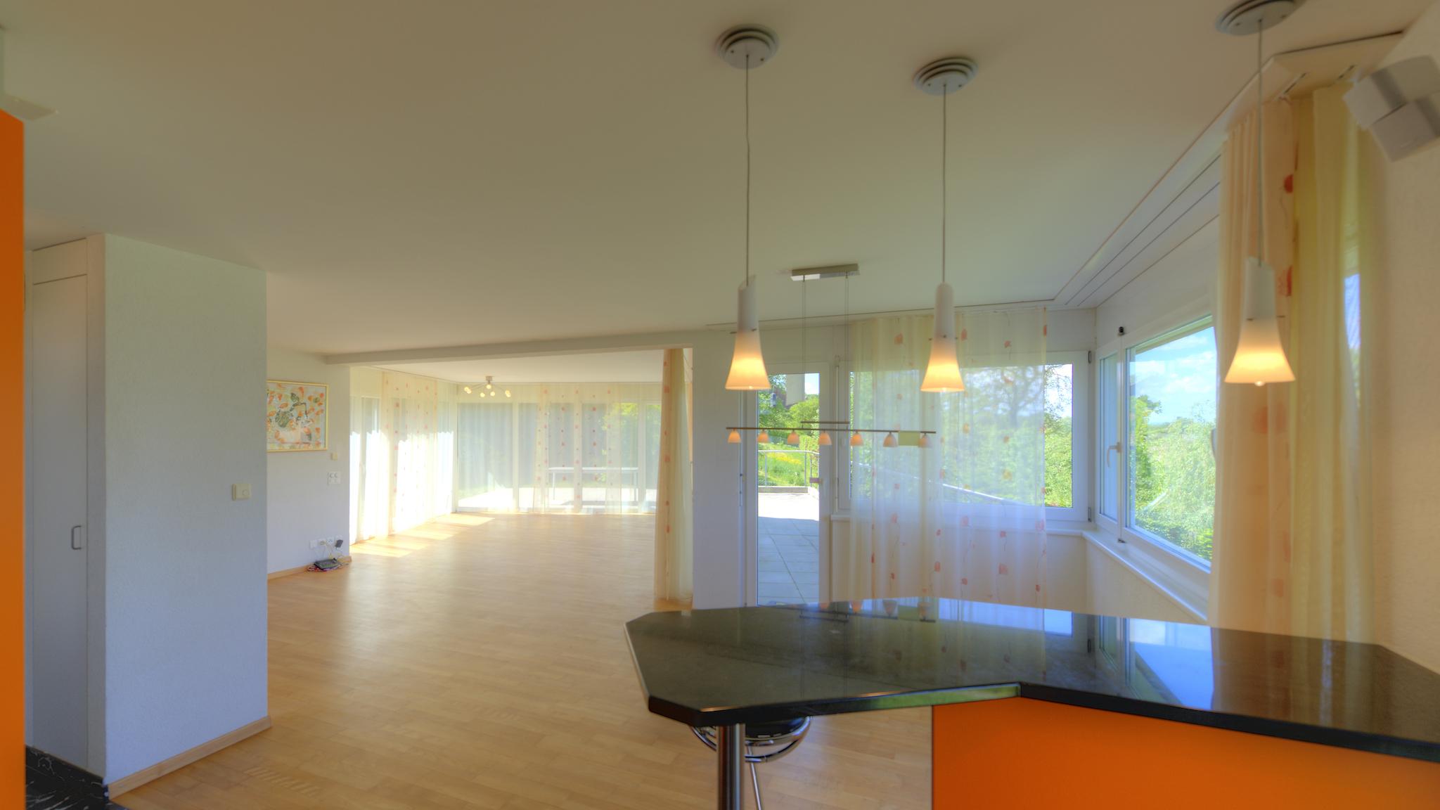 Blick von der Küche Richtung Ess- und Wohnzimmer