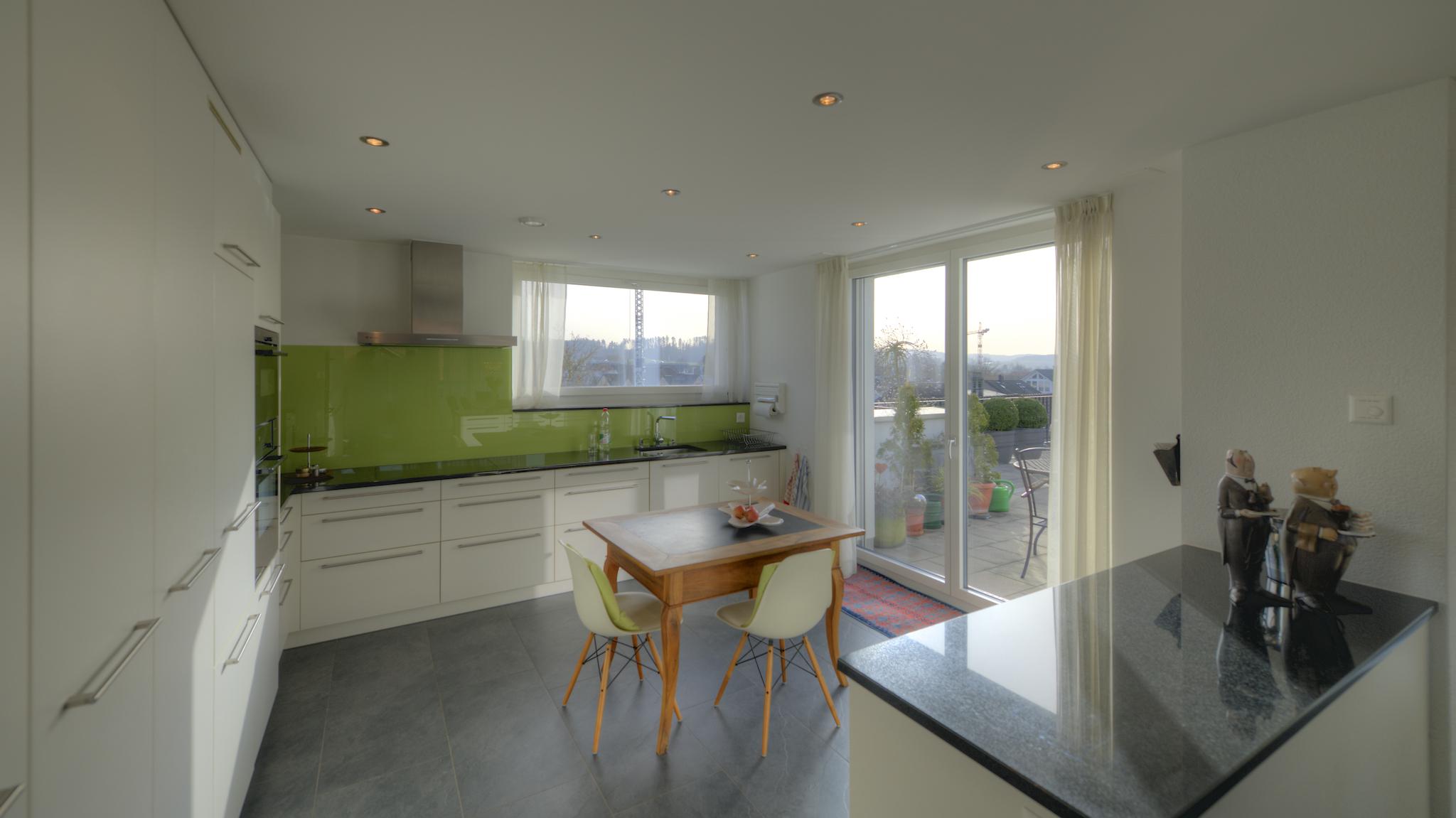 Küche mit Ausgang auf die Terrasse