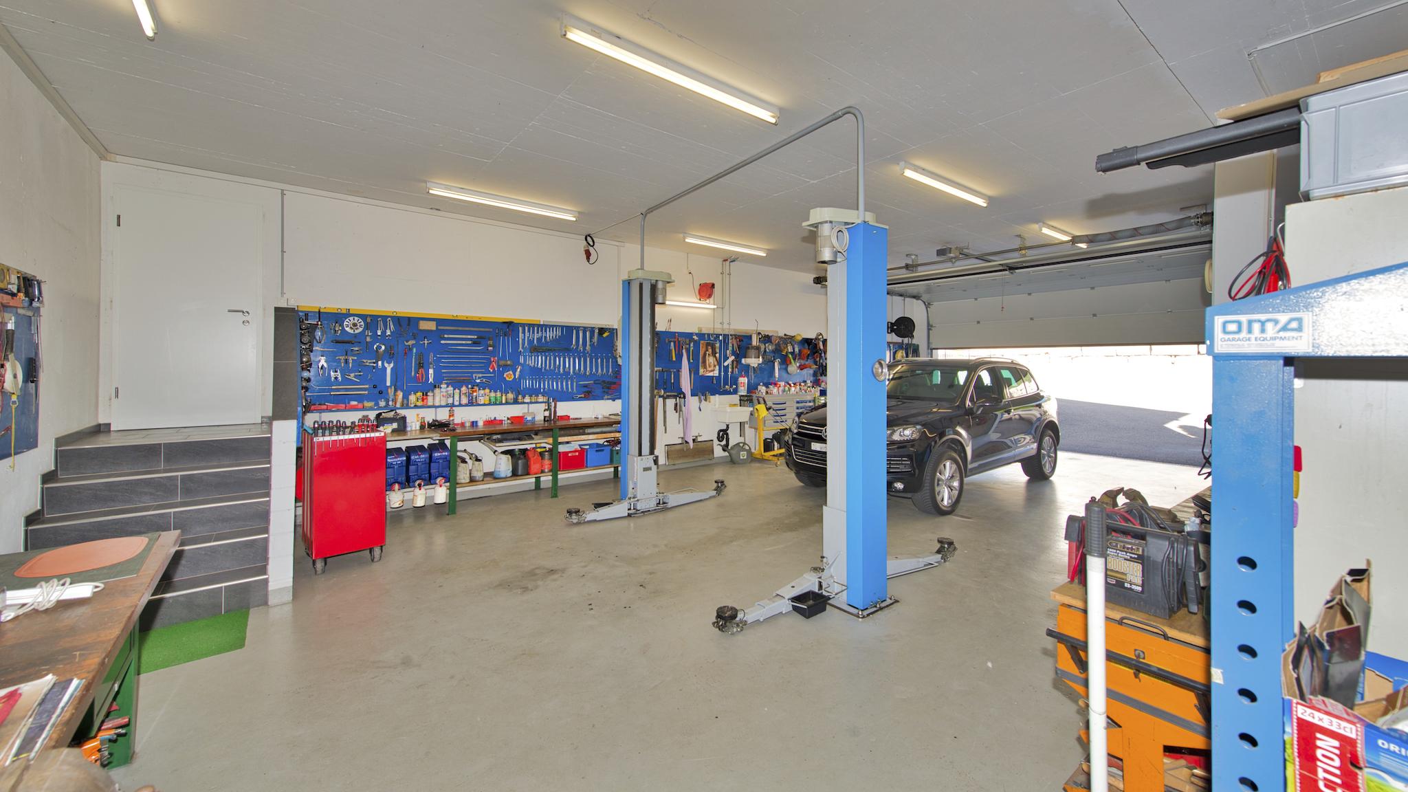 Grosse Garage mit Werkstatt