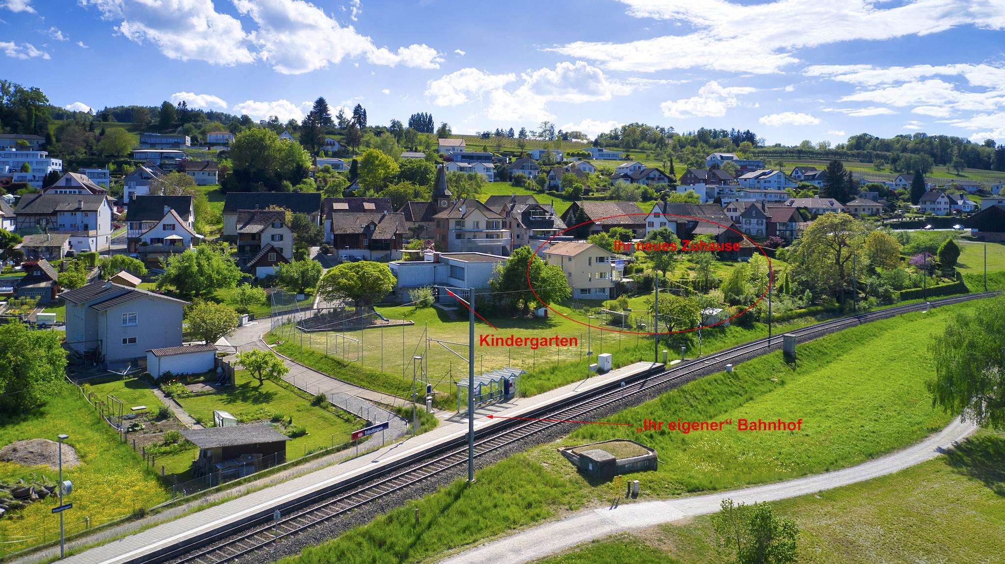 Übersicht mit Haltestelle, Kindergarten und Haus