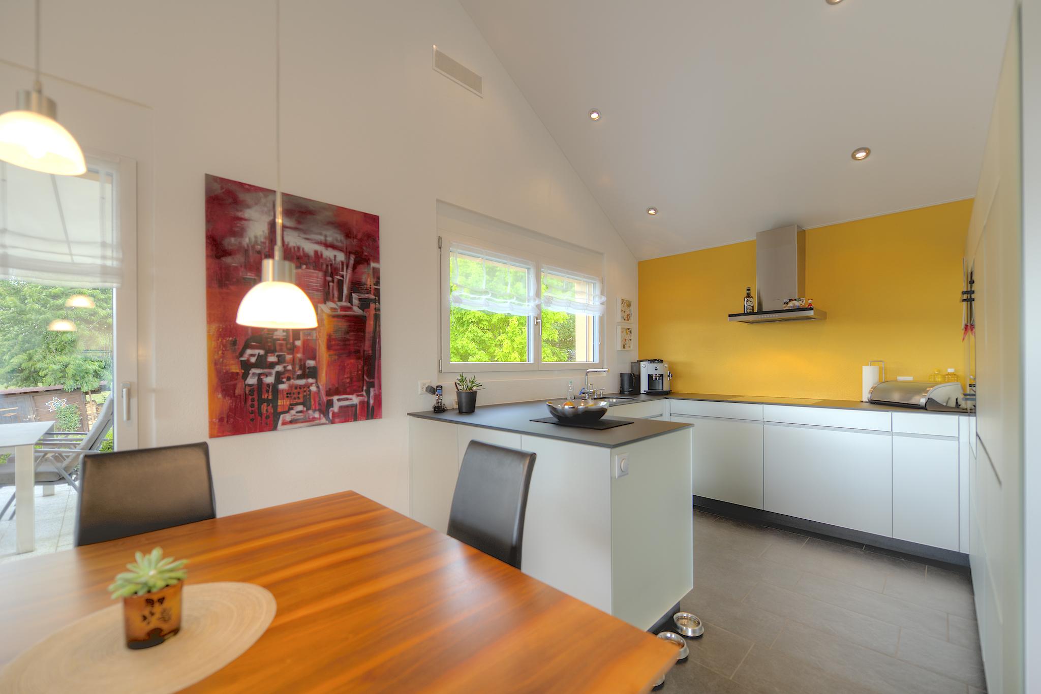 Esstisch mit der modernen Küche
