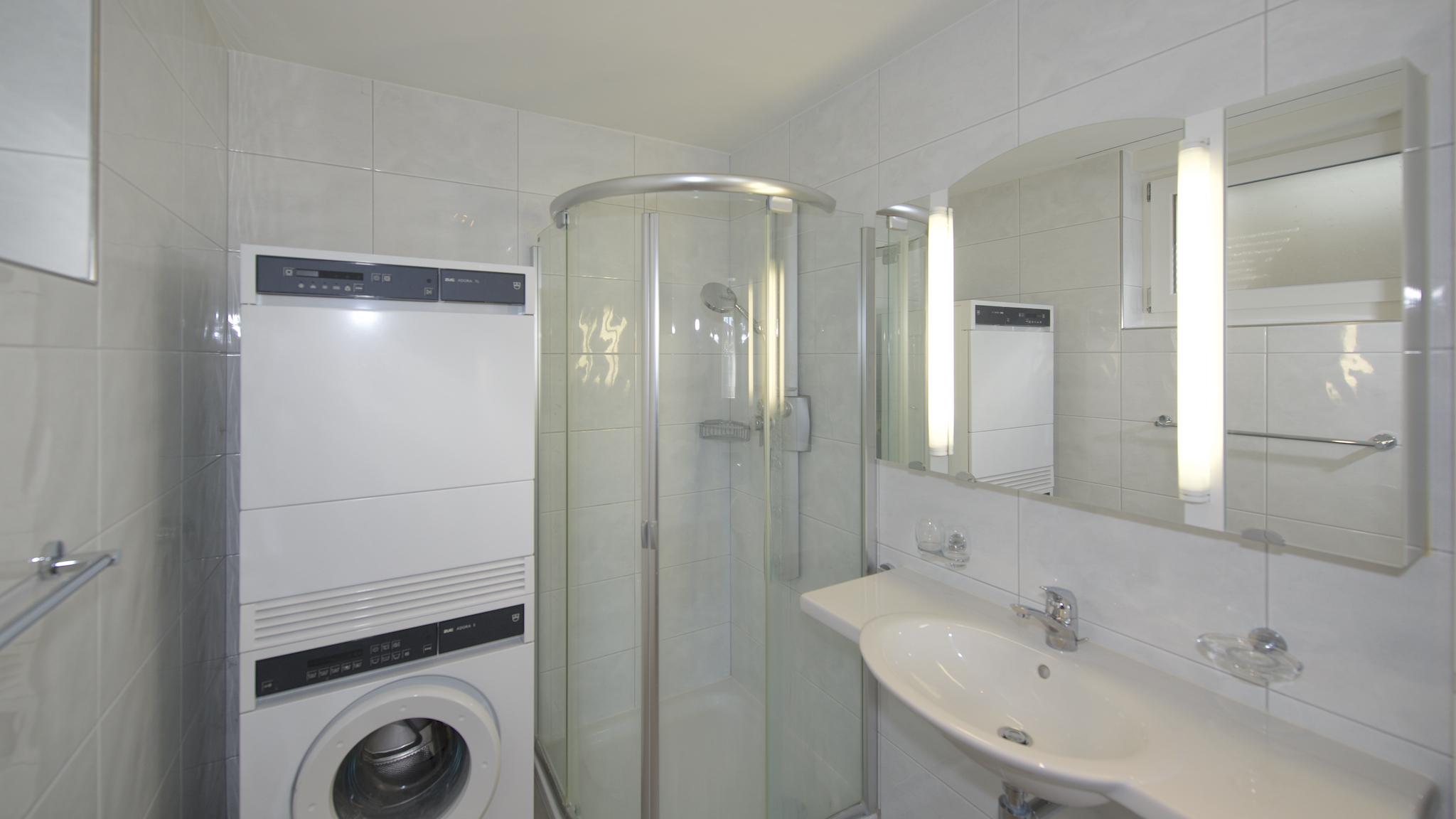 Bad mit dem Waschturm und einem Closomat