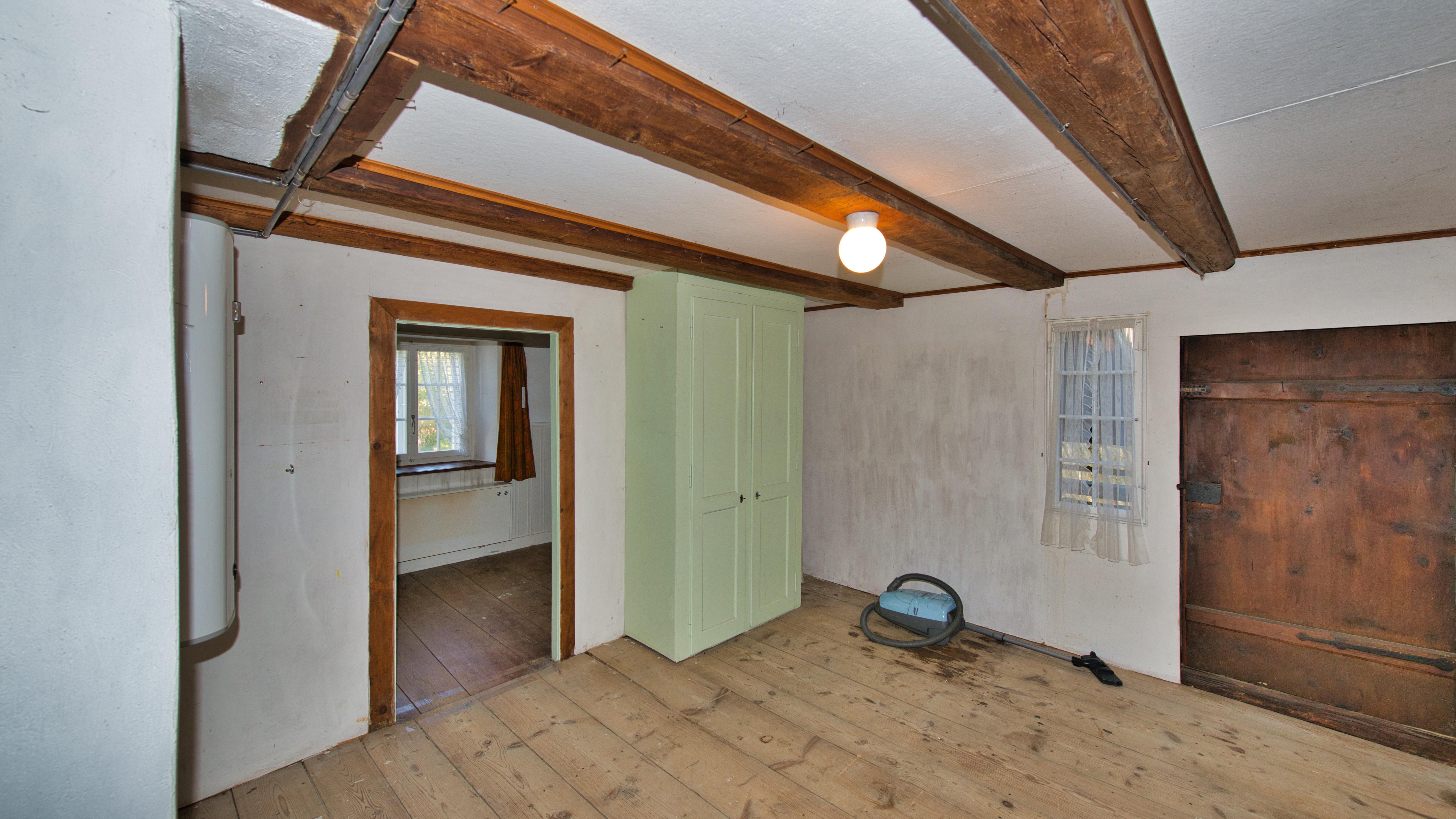 Zimmer OG mit Tür zur Galerie