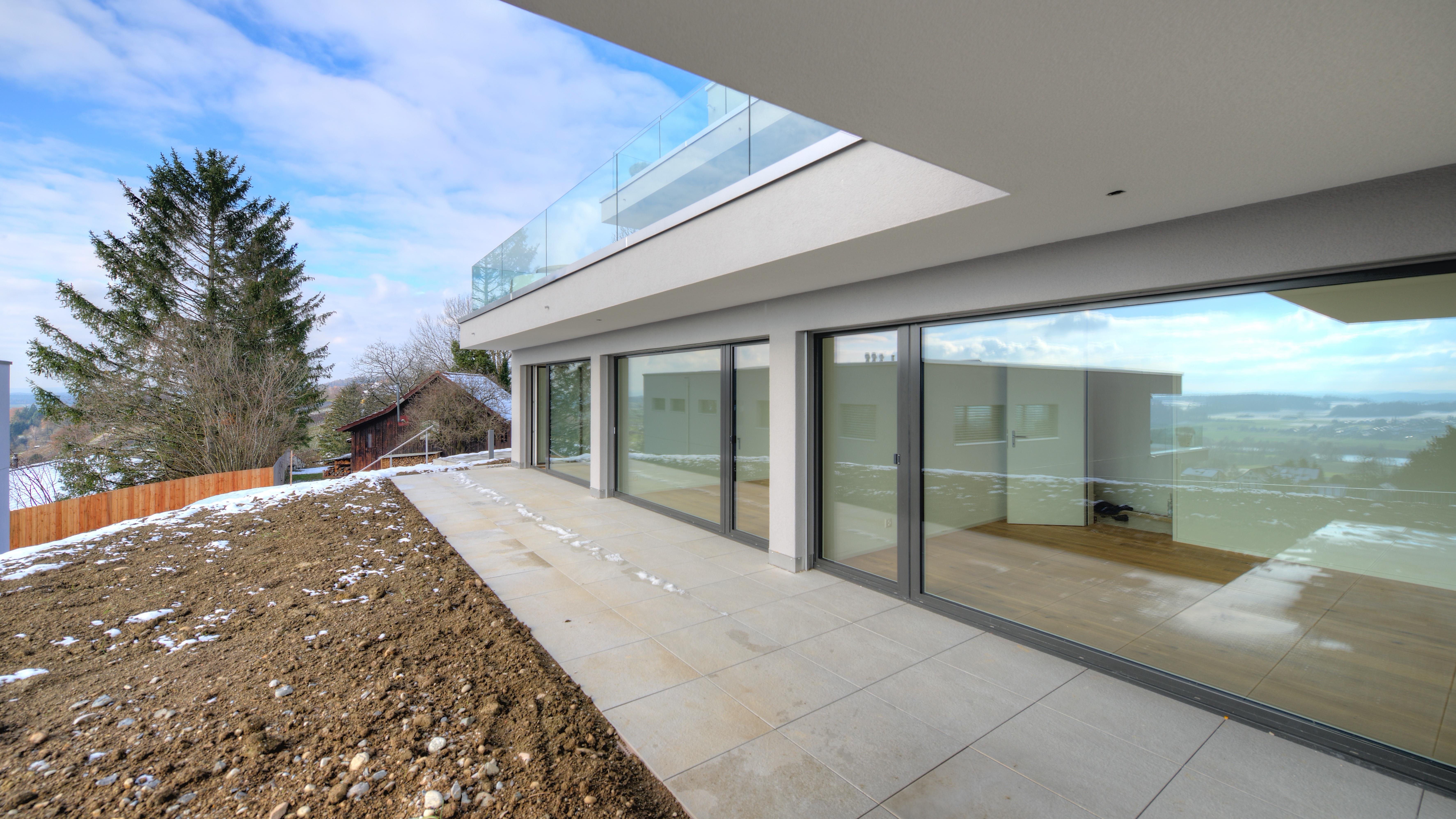 Terrasse mit den Zimmern