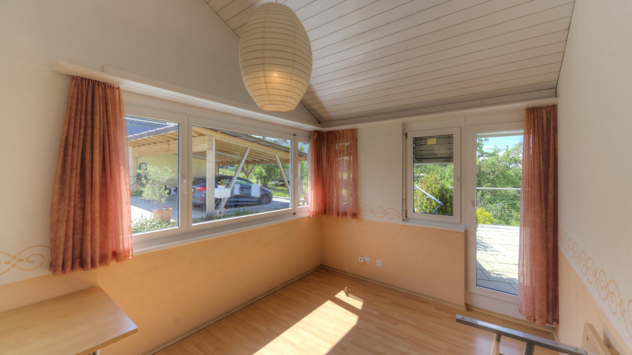 Linkes Dachzimmer mit dem Ausgang auf die Terrasse