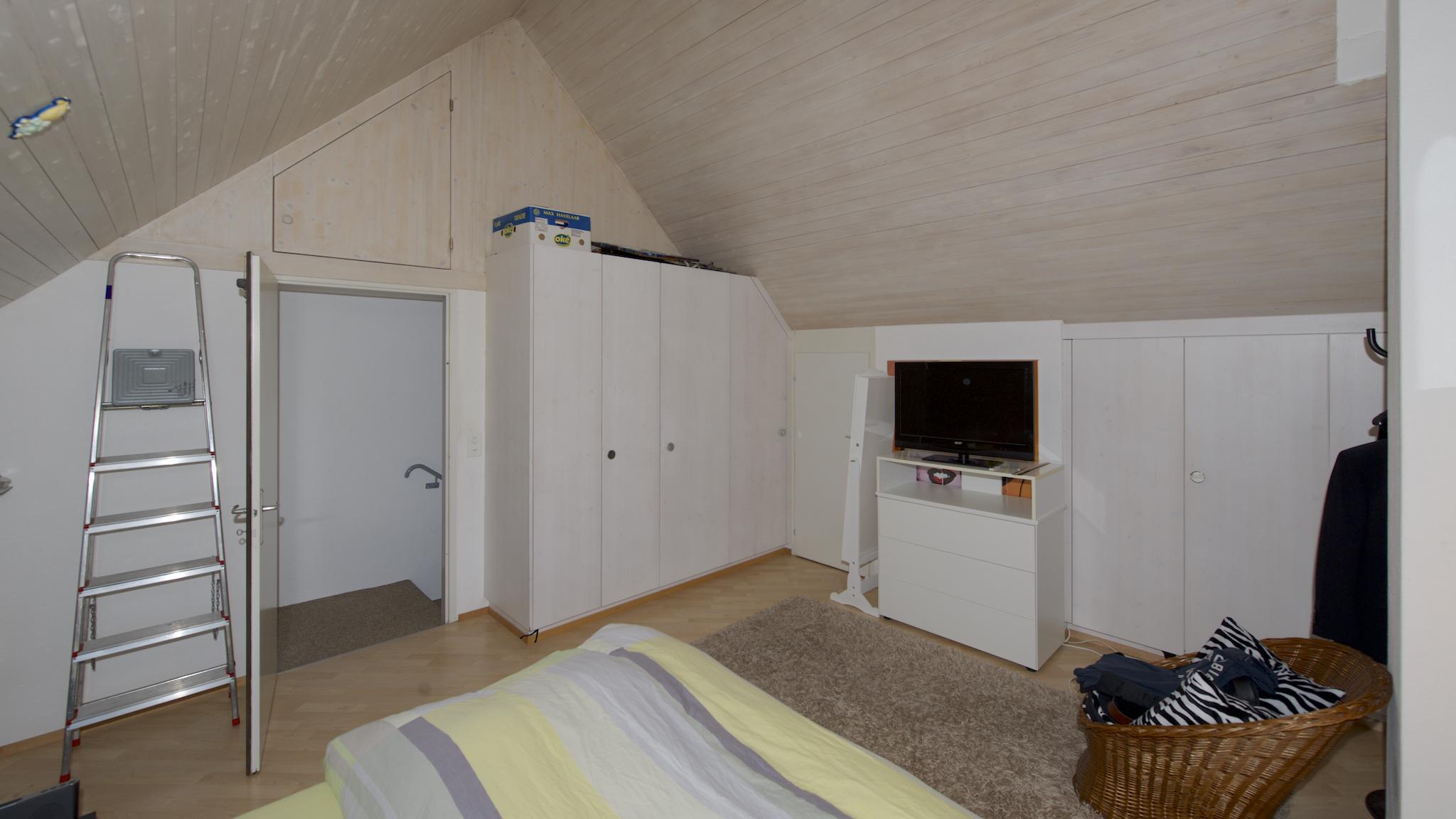 Dachzimmer mit EInbauschränken