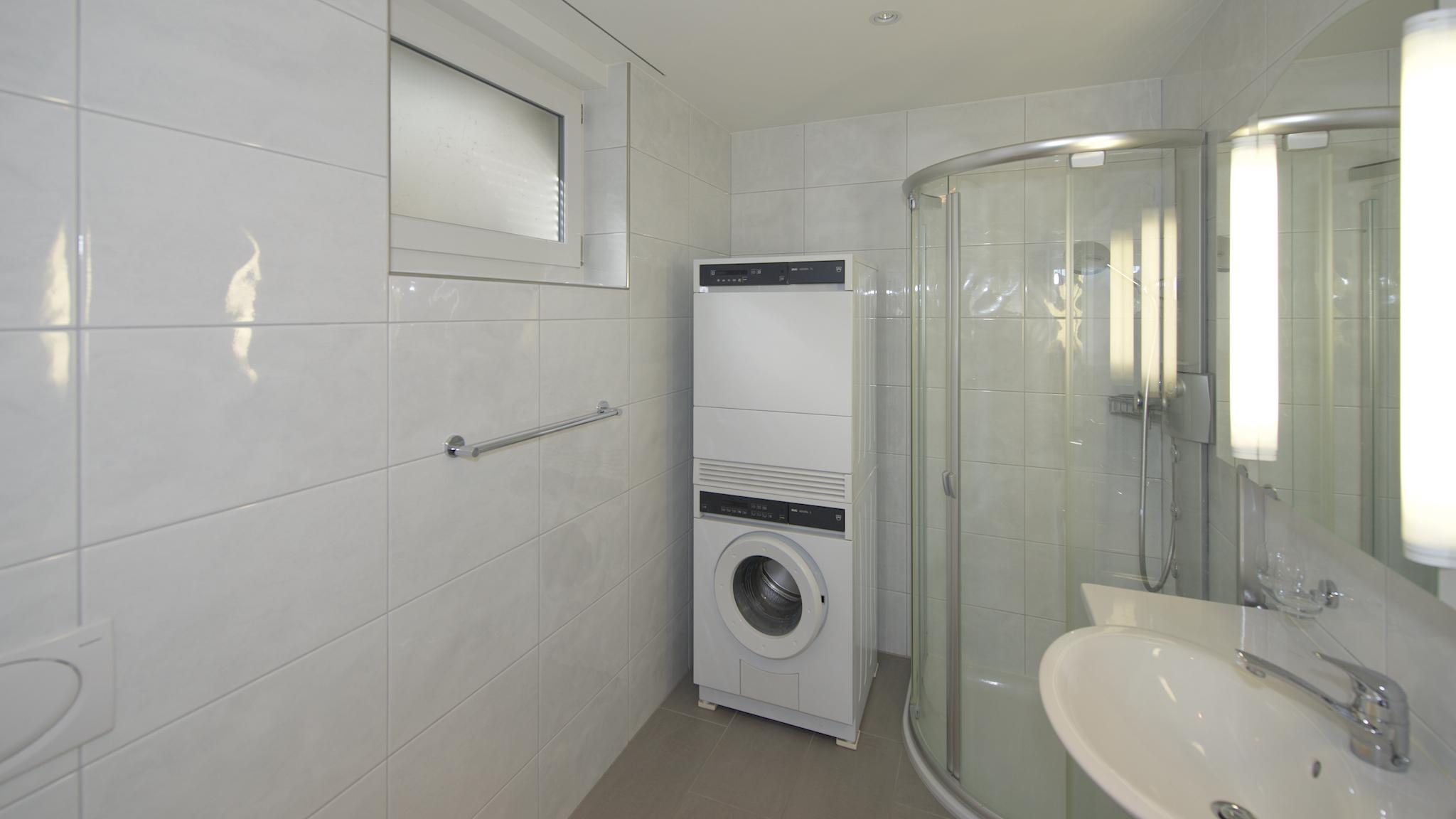"""Elternbad als """"Bad en Suite"""" mit dem Waschturm und einem Closomat (Dusch-WC)"""