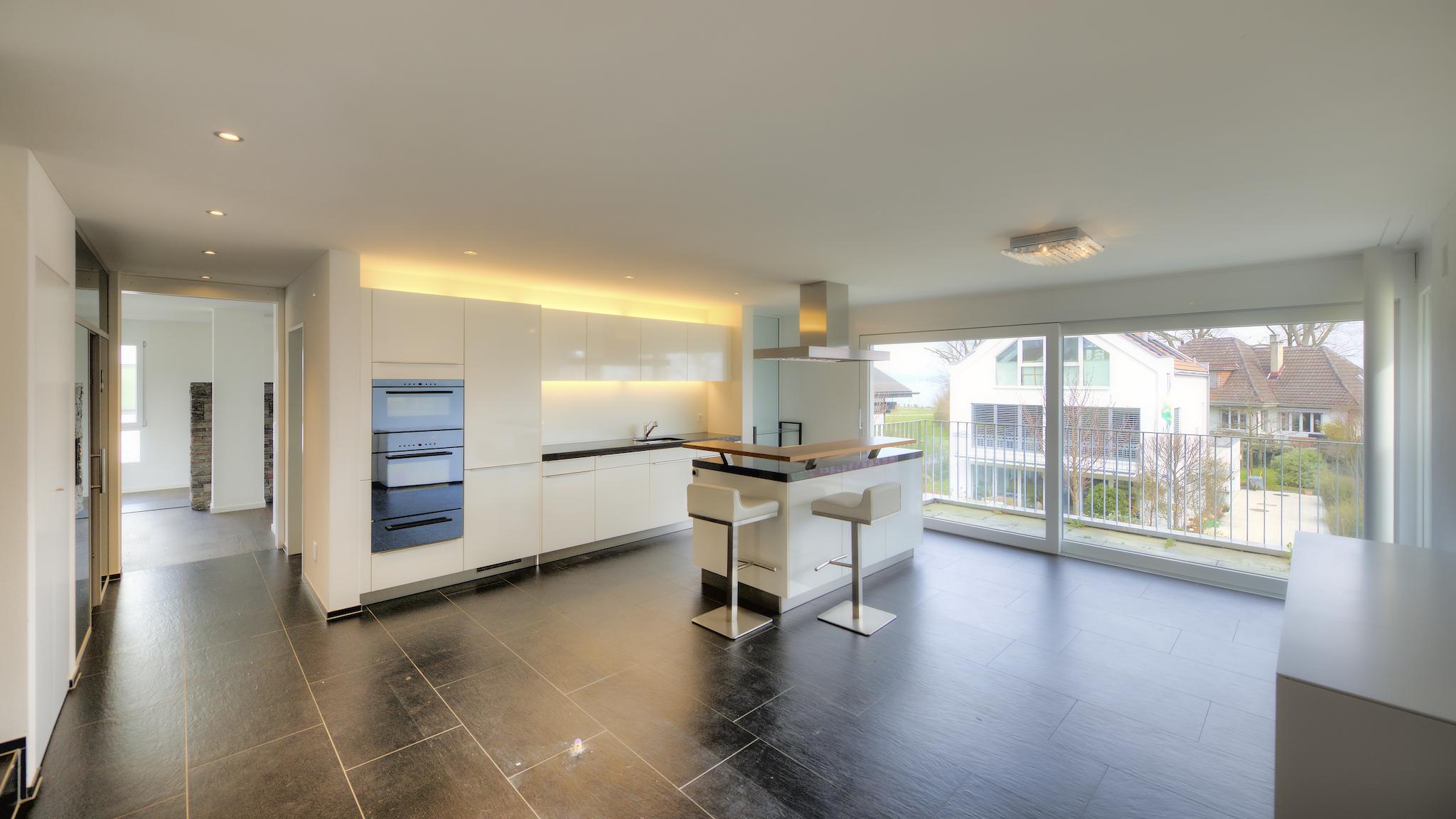 Blick in die Wohnung mit der Küche und dem Essbereich