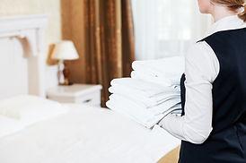 Personnel de l'hôtel avec serviettes