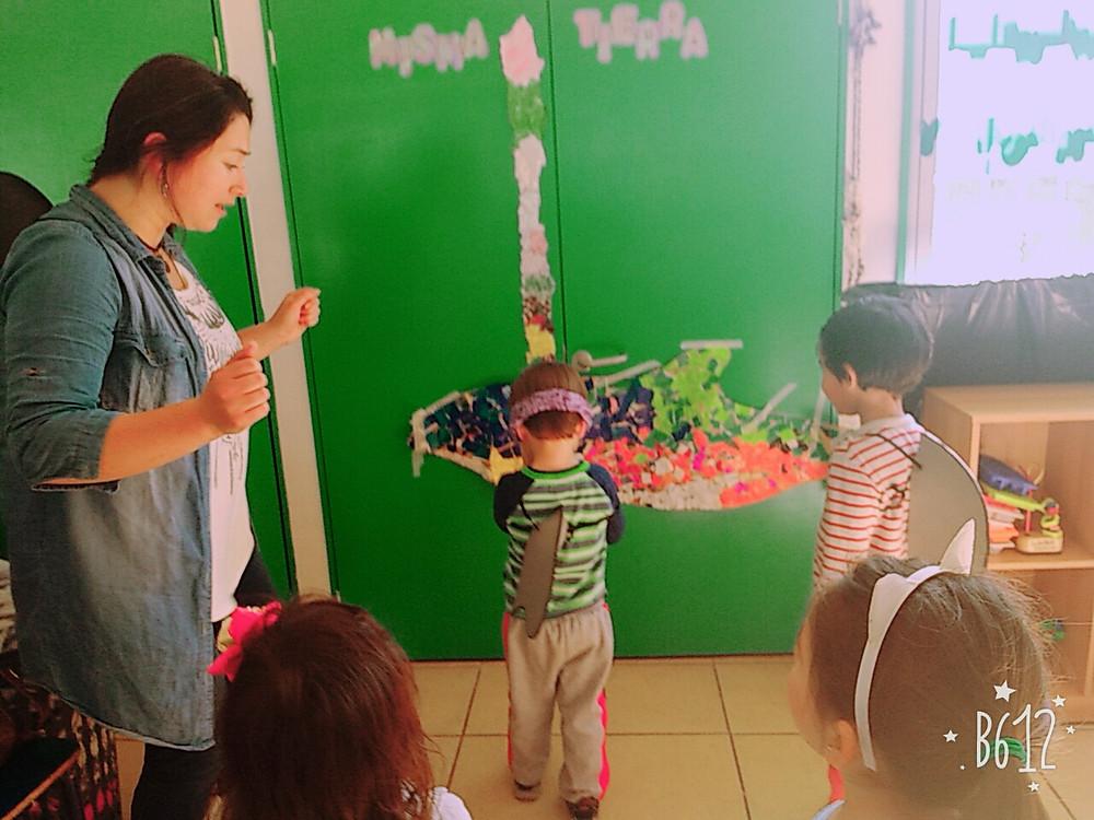 Delfincitos curiosos en una pequeña sala de clases del jardín infantil PinPilín