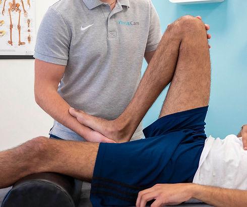 Man krijgt revalidatie fysiotherapie behandeling aan been