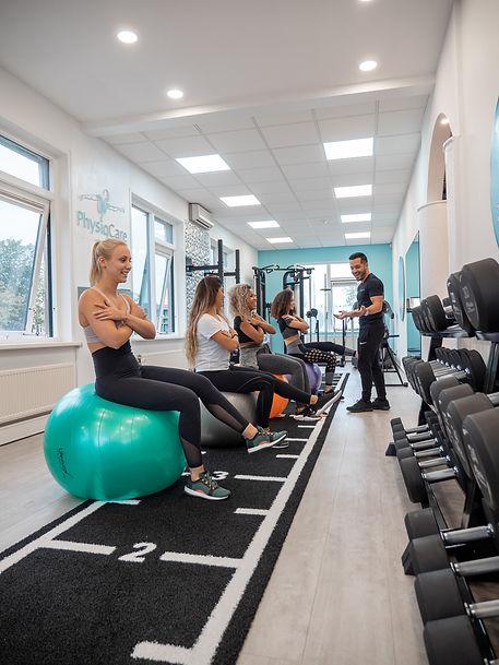 Groep vrouwen tijdens een training met een personal trainer