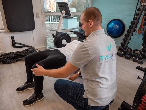 Fysiotherapeut corrigeert houding van patiënt