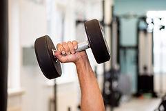 Hand met een gewicht in trainings zaal