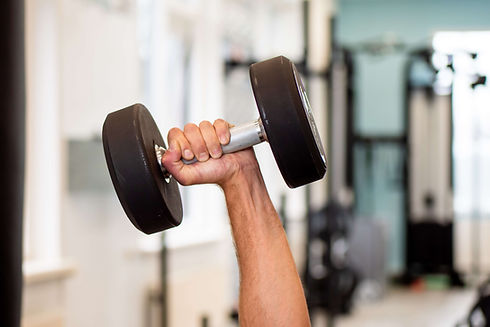 Hand met gewicht in de PhysiqCare Trainingzaal in Zoetermeer