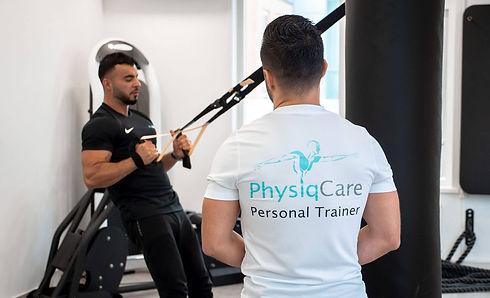 Personal trainer tijdens training met mannelijke klant