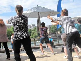 Paris-Plages : cours de relaxation face à la Seine