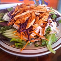 Salade avec lanières de poitrine de poulet mariné sauté