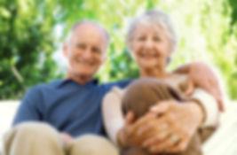 זוג מבוגרים מאושרים