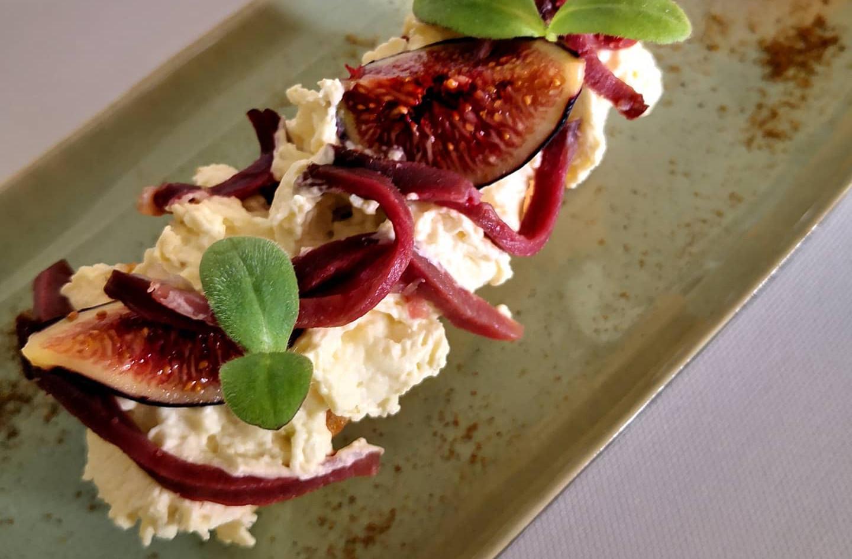 Eclair aux figues et chantilly de foie gras