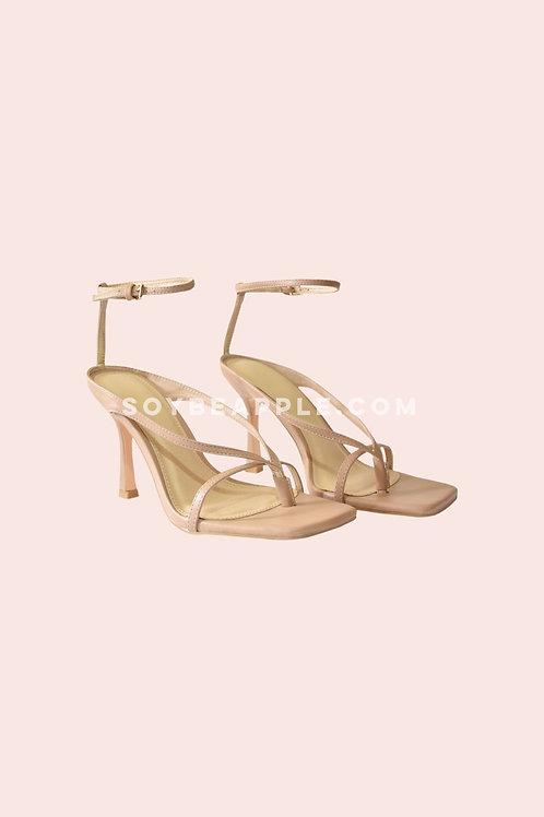 Zapatos tiras y pulsera en tobillo nude