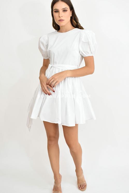 Vestido corto blanco con cinto listón