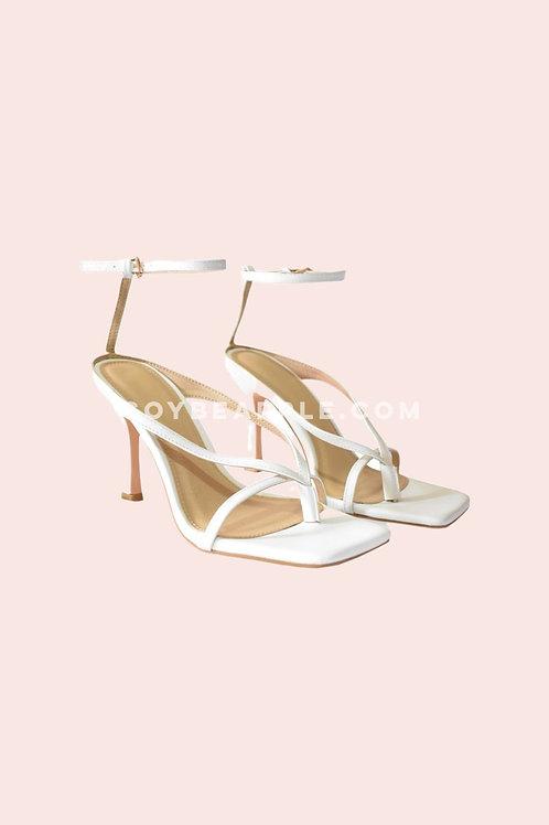 Zapatos tiras y pulsera en tobillo blancos