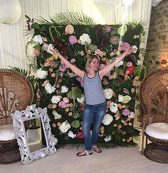 Mur de fleurs mariage balinais domaine de cambron