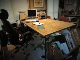 オフィスの机に鉄脚テーブル