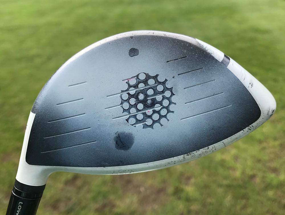 Treffpunkt von Golfball und Schlägerfläche